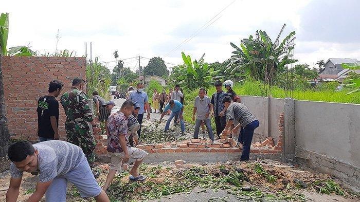 Akhirnya Dibongkar, Ini Duduk Perkara Pemilik Lahan Bangun Tembok Halangi Jalan di Pekanbaru