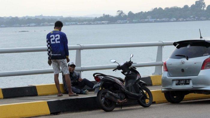 Dugaan Pungutan Liar - Seorang pria berbaju kaos Nomor punggung 22 mengeluarkan karcis parkir yang diduga tidak resmi dari Pemko Batam. Dalam karcis, motor dipatok Rp5000 dan mobil dipatok Rp10000. Pengunjung resah dan dinilai merusak citra wisata Batam