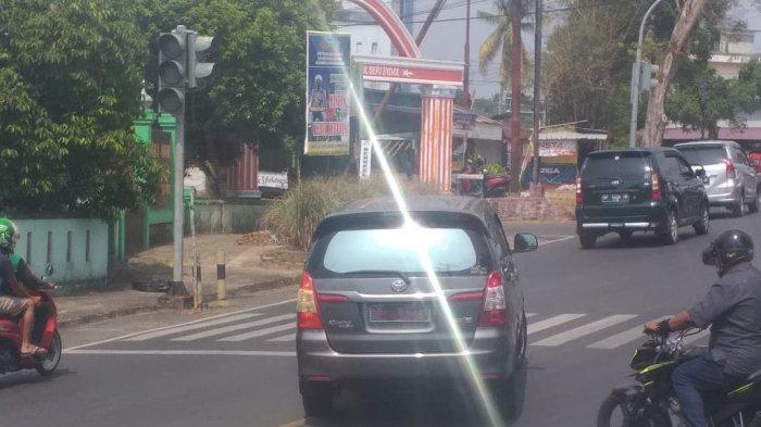 Kepala Dinas Perpustakaan Arsip Kabupaten Bintan Edi Pribadi pergi meninggalkan Polres Tanjungpinang dengan mobil dinasnya mobil dinasnya BP 34 B, Kamis (25/2/2021).