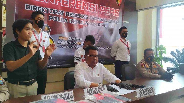 EKSPOS POLDA KEPRI - Direskrimum Polda Kepri Kombes Pol Arie Dharmanto menjelaskan kronologi pencurian yang diungkap Subdit 3 Jatanras Polda Kepri, Senin (17/5/2021).