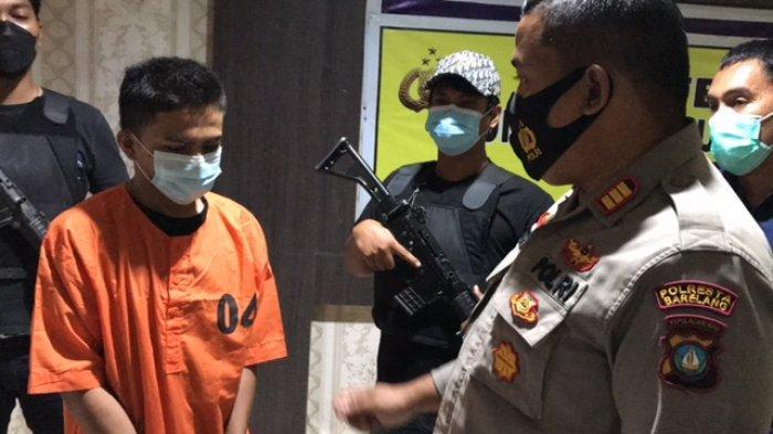 POLSEK LUBUK BAJA - Tersangka M Amir (20) saat di Polsek Lubuk Baja, Rabu (7/7/2021). Ia ditangkap setelah berbuat aksi kriminal terhadap remaja 13 tahun anak mantan bosnya.