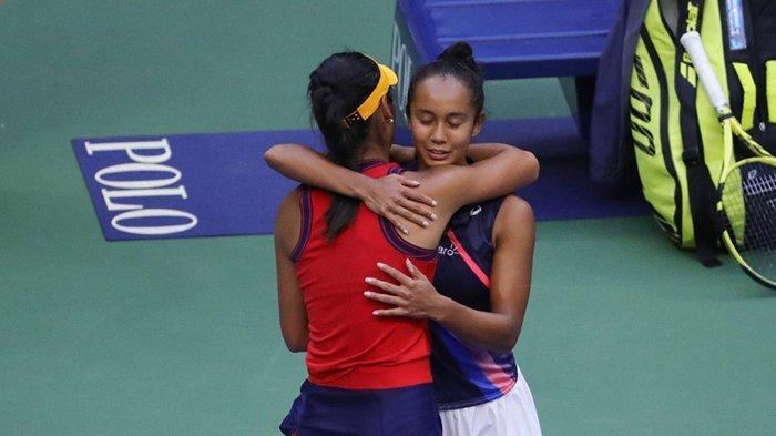 Emma Raducanu memeluk Leyla Fernandez setelah final AS Terbuka 2021, Emma Raducanu (kiri) tampil sebagai pemenang tunggal putri US Open 2021, Sabtu (11/9/2021).