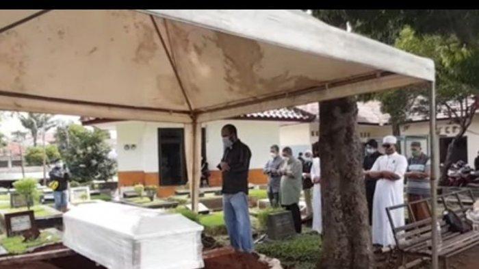 Baru Menikah 3 Tahun, Tangis Suami Soraya Abdullah Pecah Saat Pimpin Pemakaman Istri