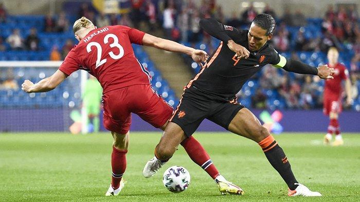 Striker Norwegia Erling Braut Haaland (kiri) berebut bola dengan bek Belanda Virgil van Dijk dalam pertandingan Norwegia vs Belanda pada matchday 4 Kualifikasi Piala Dunia Qatar 2022, Rabu (1/9/2021). Pertandingan berakhir imbang 1-1.