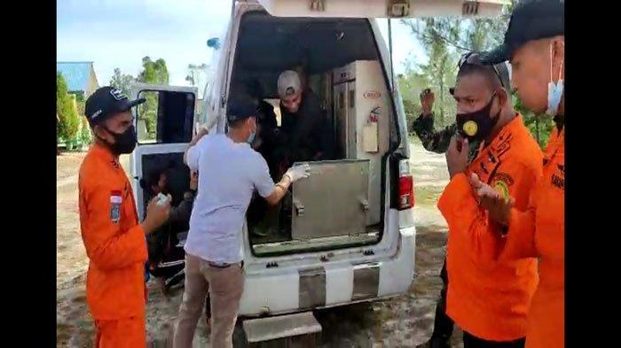 Basarnas Natuna mengevakuasi tiga warga Desa Harapan Jaya, Kecamatan Bunguran Tengah, Kabupaten Natuna, Kepri. Merea sebelumnya dinyatakan hilang saat pergi mencari madu, Kamis (17/6) dini hari.