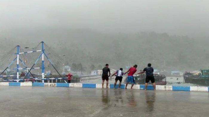 Prajurit TNI AL KRI Halasan-630 menyelamatkan bagan nelayan Kecamatan Pulau Tiga yang nyaris hilang di laut akibat cuaca ekstrem, Kamis (29/7).