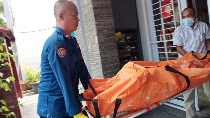 KRONOLOGI Kebakaran di Central Sukajadi Batam. Foto petugas mengevakuasi jenazah Akiong, lansia korban kebakaran di Perumahan Central Sukajadi Residence, Rabu (31/3/2021).