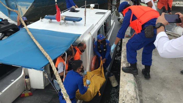 Evakuasi penemuan mayat di Karimun di Desa Pangke Barat, Karimun, Senin (29/3/2021).