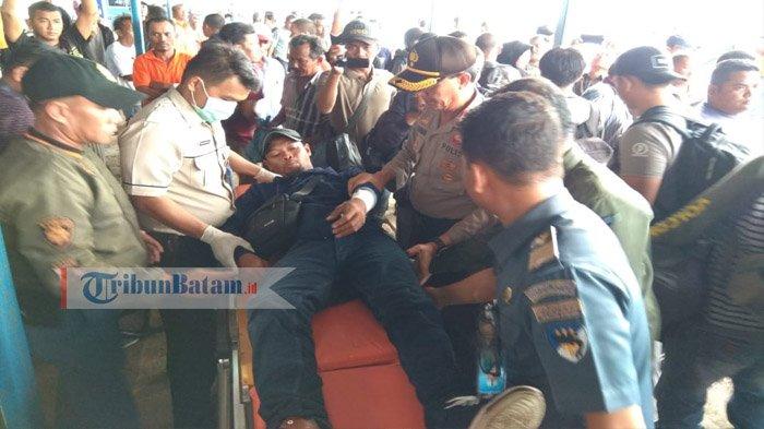 Petugas saat mengevakuasi penumpang fery VOC Batavia saat tiba di pelabuhan Sri Bintan Pura Tanjungpinang, setelah mengalami kecelakaan laut, Kamis (11/10/2018)