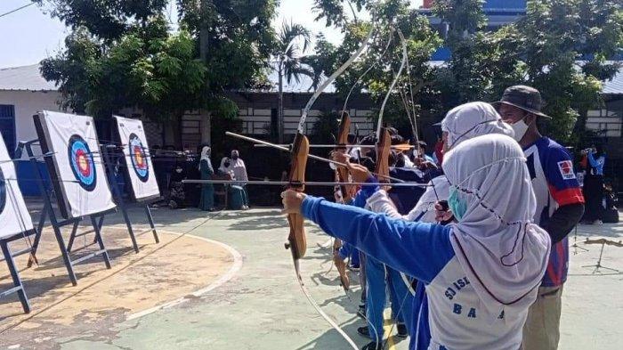 Siswa -Siswi Sekolah Islam Hang Tuah sedang mengikuti Kegiatan Extra Kurikuler Panahan.