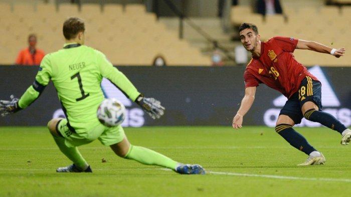 Gelandang Spanyol Ferran Torres mencetak 3 gol ke gawang Jerman yang dijaga Manuel Neuer di UEFA Nations League 2020/2021. Spanyol menang 6-0 pada laga di La Cartuja Stadium di Seville, 17 November 2020.