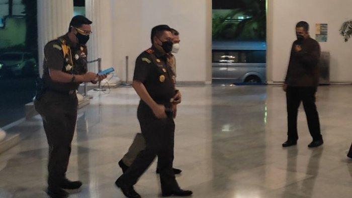 Kepala Kejaksaan Negeri DKI Jakarta saat tiba di Balai Kota DKI Jakarta, Senin (14/6/2021)