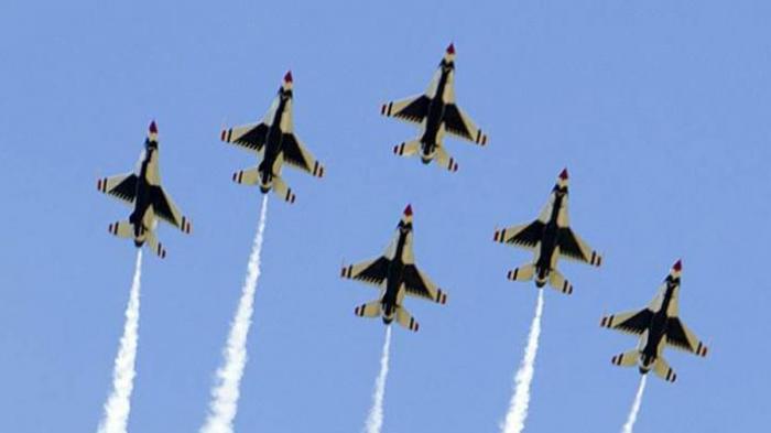 Formasi persawat Thunderbird dalam atraksi di acara wisuda Akademi Militer AS