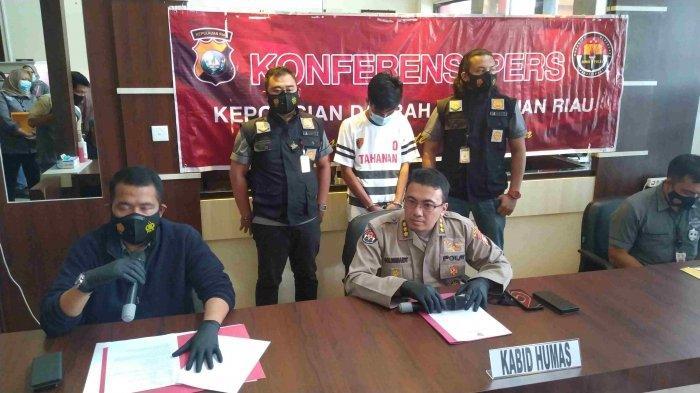 Tersangka Rahardi Putra (21) saat diciduk anggota Ditreskrimum Polda Kepri, Selasa (19/1).