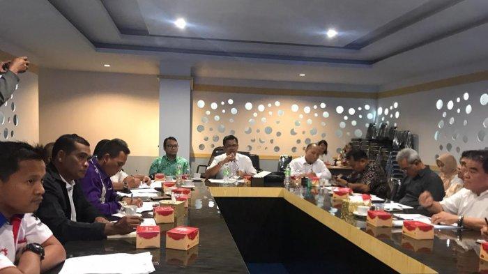 UMK BINTAN 2021 - Rapat pembahasan UMK Bintan 2020 di ruang rapat Kantor Bupati Bintan, Rabu (06/11/2019). FSPMI Bintan menolak usulan kenaikan UMK 2020 sebesar 8,51 persen. Dari hasil survei internal, angka kebutuhan hidup layak di Bintan mencapai empat jutaan Rupiah.