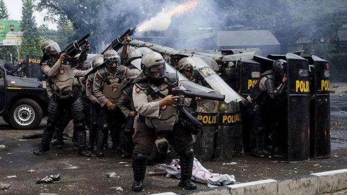 GAS AIR MATA - Gas air mata sering digunakan untuk menghentikan aksi unjuk rasa, begini sejarahnya. FOTO: Personel kepolisian menembakkan gas air mata saat unjuk rasa tolak Undang-Undang Cipta Kerja di Depan Gedung DPRD Jawa Barat, Bandung, Jawa Barat, Rabu (7/10/2020). Aksi yang menolak dan menuntut pembuatan Perppu untuk Undang-Undang Cipta Kerja tersebut berakhir ricuh.(ANTARA FOTO/NOVRIAN ARBI)