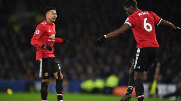 Gaya Paul Pogba dan Jesse Lingard seusai Manchester United mencetak gol kedua ke gawang Everton pada laga Premier League di Goodison Park, Senin (1/1/2018).