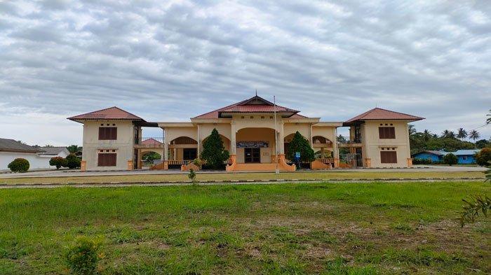 GEDUNG SRI SERINDIT - Gedung Sri Serindit, Jalan Yos Sudarso, Kelurahan Batu Hitam, Kecamatan Bunguran Timur, Kabupaten Natuna. Foto diambil Minggu (27/6/2021).