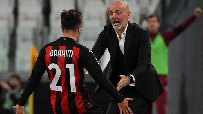 Gelandang AC Milan Brahim Diaz melakukan selebrasi dengan Pelatih AC Milan Stefano Pioli setelah tercipta gol pertama saat duel melawan Juventus. AC Milan menang 3-0 atas Juventus pada laga ini. Dua gol AC Milan lainnya dicetak Ante Rebic dan Fikayo Tomori.