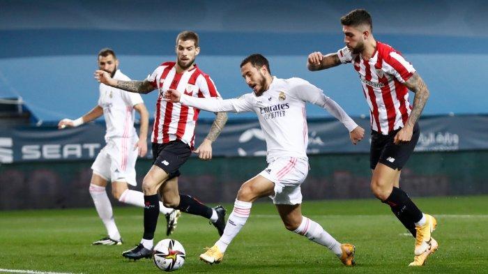 Real Madrid kalah di Piala Super Spanyol - Gelandang Real Madrid asal Belgia, Eden Hazard mendapat pengawalan ketat dari pemain Athletic Bilbao di semifinal Piala Super Spanyol 2021. Real Madrid kalah 1-2 dari Bilbao, Kamis (14/1/2021).