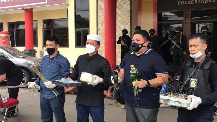 Operasi gabungan Polda Sumatera Selatan dan Polrestabes Palembang dengan menggerbek kampung narkoba di Jalan M Kadir, Kecamatan Ilir Barat (IB) II Palembang