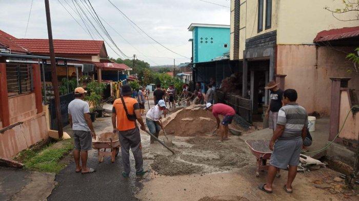 Warga perumahan Pondok Kelapa Tanjungpinang gotong royong memperbaiki akses jalan, Minggu (4/4/2021).