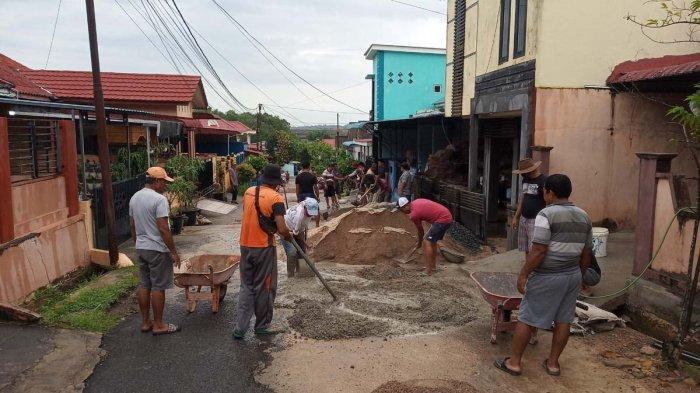 Sambut Ramadhan 2021, Warga di Tanjungpinang Gotong Royong Perbaiki Akses Jalan