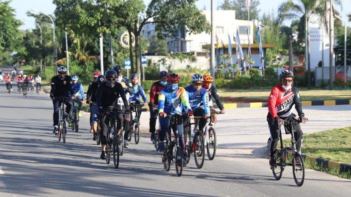Sekretaris Daerah Kota Batam, Jefridin Hamid bersepeda pagi bersama jajaran pegawai Setdako Batam, Jumat (28/8).