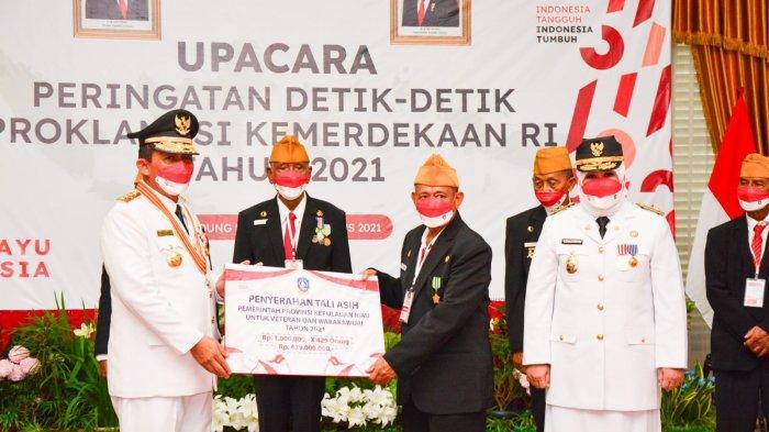 Gubernur Kepri Ansar Ahmad dan Wakil Gubernur Kepri Marlin Agustina memberikan Secara simbolis penyerahan Tali Asih kepada Veteran, Selasa (17/8/2021).