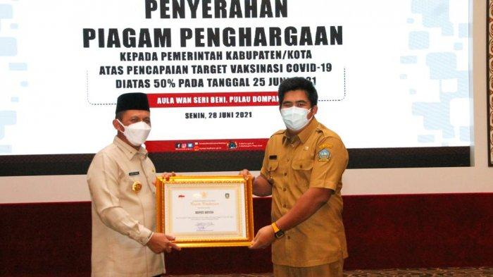 Wabup Bintan Dapat Penghargaan dari Sang 'Ayah' Capai Target Vaksinasi Corona