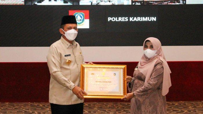 GUBERNUR KEPRI - Gubernur Kepri, Ansar Ahmad memberikan piagam penghargaan di Aula Wan Seri Beni, Dompak, Tanjungpinang, Senin (28/6). Dua daerah di Kepri mendapat penghargaan karena vaksinasi corona mencapai target.
