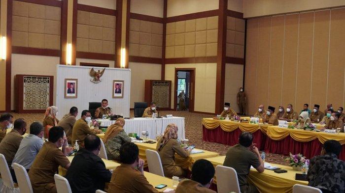 Gubernur Kepri Ansar Ahmad didampingi Pj Sekdaprov Kepri Lamidi saat memimpin rapat evaluasi pembangunan di Aula Wan Seri Beni, Dompak, Tanjungpinang, Senin (30/8).