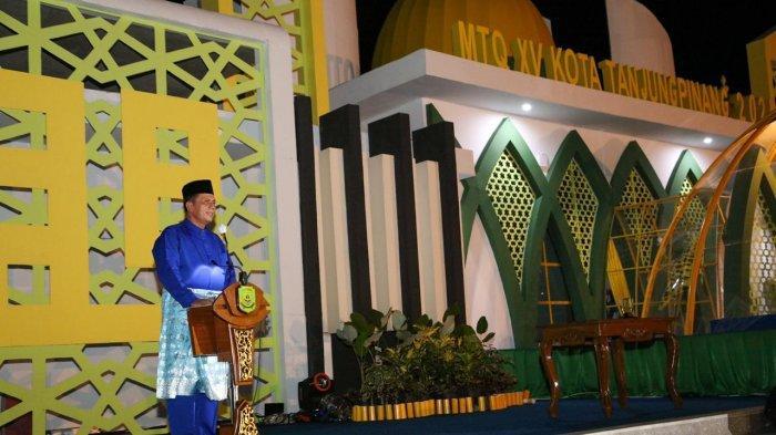 Gubernur Kepri, Ansar Ahmad saat membuka STQ XV Tingkat Kota Tanjungpinang Tahun 2021 di Arena Utama Pelataran Taman Gurindam 12 Tugu Sirih Emas Tanjungpinang, Minggu (28/3) malam.