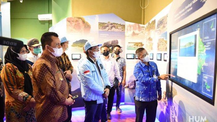 Menkominfo Kunjungi Geopark Natuna, Gubernur Kepri Minta Jaga Lingkungan Digital. Foto Menteri Johnny didampingi Gubernur Kepri, Ansar Ahmad berkeliling di dalam gedung information center Geopark Natuna, Ranai, Kamis (22/4/2021).