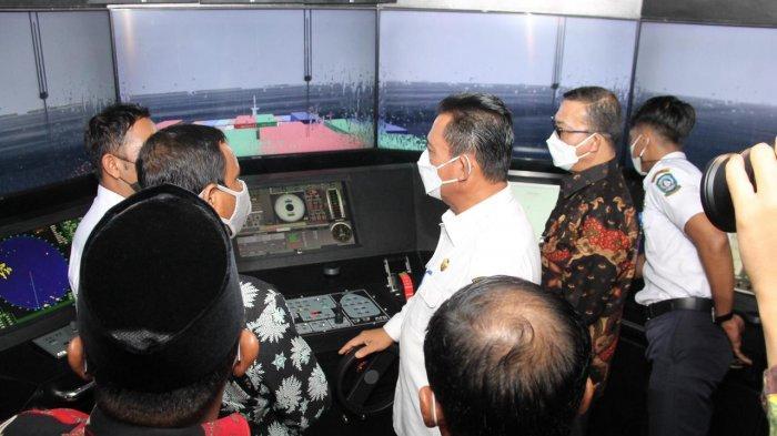 Gubernur Kepri, Ansar Ahmad saat meresmikan Ruang Praktek Siswa (RPS) Nautika Kapal Niaga dan Teknikal Kapal Niaga SMK N 5 Tanjungpinang, Madong, Kamis (17/6).
