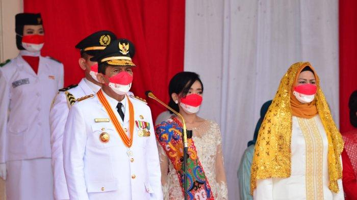 Gubernur Kepri, Ansar Ahmad bertindak sebagai Inspektur Upacara pada Upacara Bendera Peringatan HUT Ke 76 Kemerdekaan RI Tingkat Provinsi Kepri Tahun 2021 dari Halaman Gedung Daerah Provinsi Kepri Tanjungpinang, Selasa (17/8/2021).