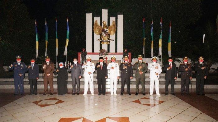 Gubernur Kepri Ansar Ahmad saat mengikuti Apel Kehormatan dan Renungan Suci di Taman Makam Pahlawan, Tanjungpinang, Rabu (17/8) dini hari.