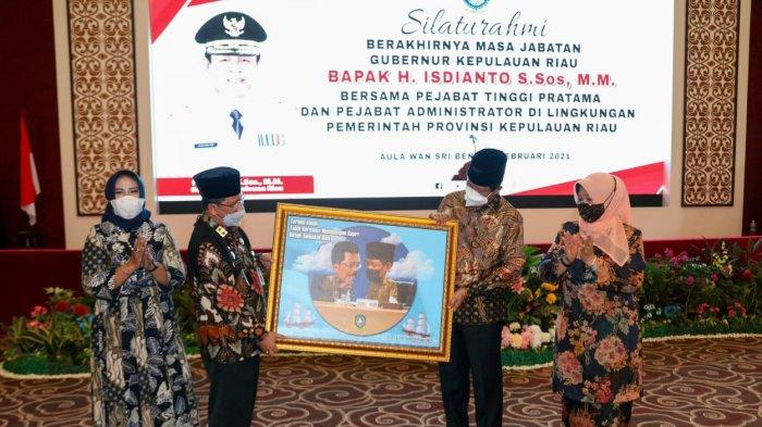 Sekdaprov Kepri TS Arif Fadillah memberikan kenang-kenangan kepada Isdianto beserta istri, Kamis (11/2/2021).