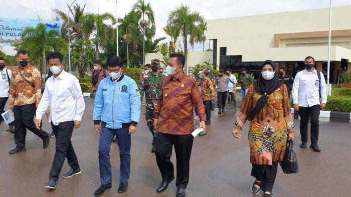 Gubernur Kepri, Ansar Ahmad menyambut kehadiran Menkominfo, Johnny G Plate di Bandara Hang Nadim Batam, Kamis (22/4/2021).
