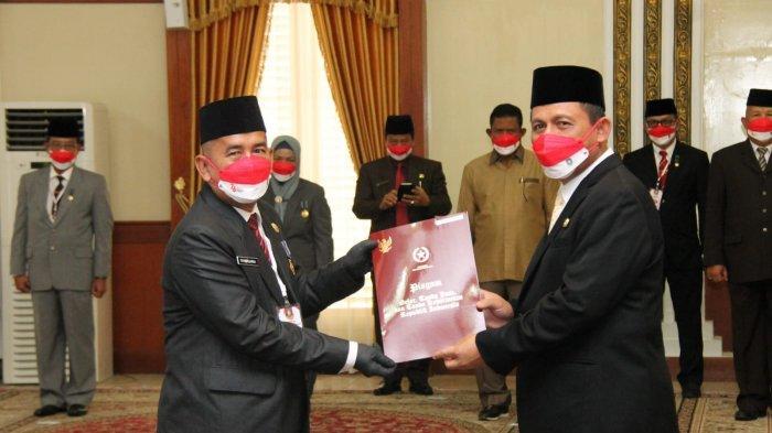 Gubernur Kepri, Ansar Ahmad menganugerahkan Tanda Kehormatan Satyalancana Karya Satya bagi ASN berprestasi di Gedung Daerah, Tanjungpinang, Kamis (12/8/2021).