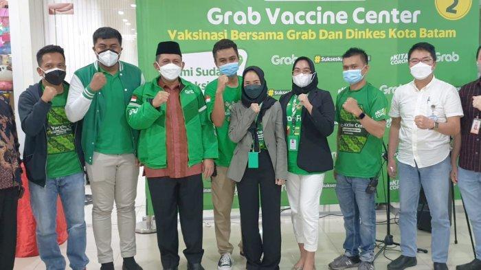VAKSINASI CORONA DI KEPRI - Gubernur Kepri, Ansar Ahmad saat meninjau vaksinasi dosis dua Mitra Grab Batam dan Masyarakat Dosis 2 di BCS Mall, Batam, Sabtu (28/8).