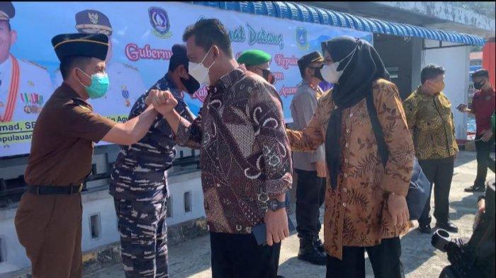 Gubernur Kepri Ansar Ahmad bersama istri saat tiba di Tarempa, Minggu (4/4/2021).