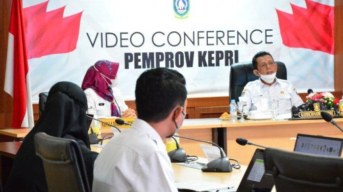 Gubernur Kepri Ansar Ahmad saat memimpin rapat secara maraton dengan beberapa Organisasi Perangkat Daerah (OPD) di ruang rapat utama Kantor Gubernur Kepri di Dompak, Rabu (4/8/2021).