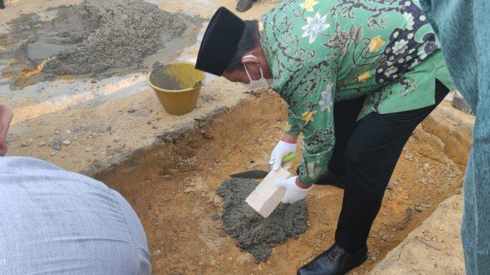 Gubernur Kepri, Ansar Ahmad mengapresiasi semangat warga RT I RW 12 Kampung Sidomulyo Kelurahan Batu 9, Tanjungpinang Timur, Kota Tanjungpinang dalam membangun Surau Al Hakim secara swadaya, Sabtu (10/4/2021).