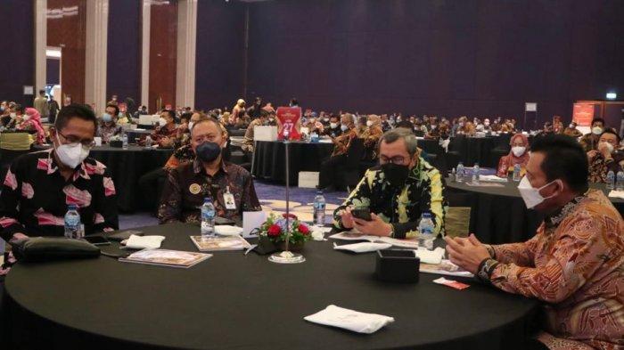 Gubernur Kepulauan Riau, H. Ansar Ahmad bersama Gubernur Riau, Syamsuar saat menerima penghargaan Top Pembina Badan Usaha Milik Daerah (BUMD) 2021 di Dian Ballroom Hotel Raffles, Jakarta, Jumat (10/9).