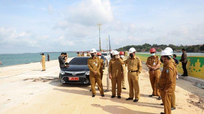 GUBERNUR KEPRI - Gubernur Kepri Isdianto bersama Sekdaprov Kepri TS Arif Fadillah dan OPD terkait meninjau progres pembangunan jalan lingkar Gurindam 12 di Tepi Laut Tanjungpinang, Selasa (8/12).