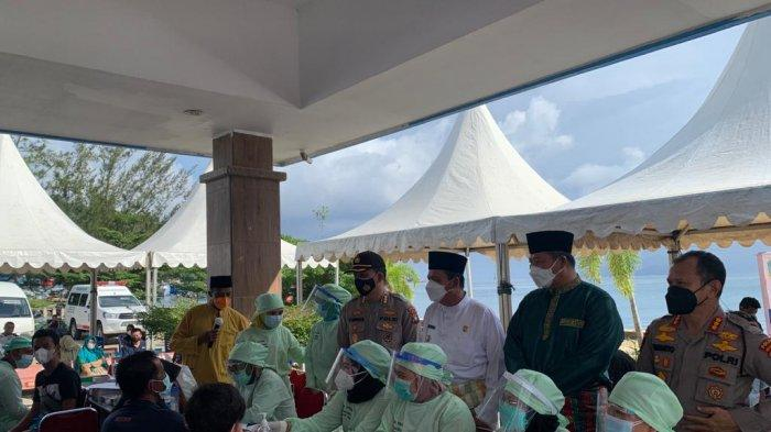 VAKSINASI CORONA DI ANAMBAS - Gubernur Kepri Ansar Ahmad meninjau pelaksanaan vaksinasi corona di Rumah Sakit Umum Daerah (RSUD) Tarempa, Kamis (24/6/2021).