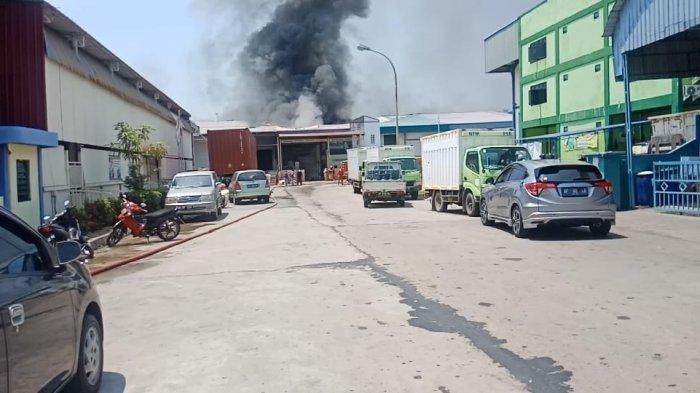 BREAKING NEWS, Gudang Sepeda di Hijrah Industrial Estate Batam Center Terbakar. Foto kondisi terkini gudang sepeda Barokah yang terbakar, Minggu (28/2/2021).