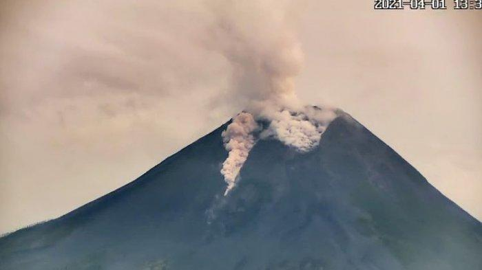Mount Merapi Emits 2 Times of Hot Clouds and 5 Times of Incandescent Lava