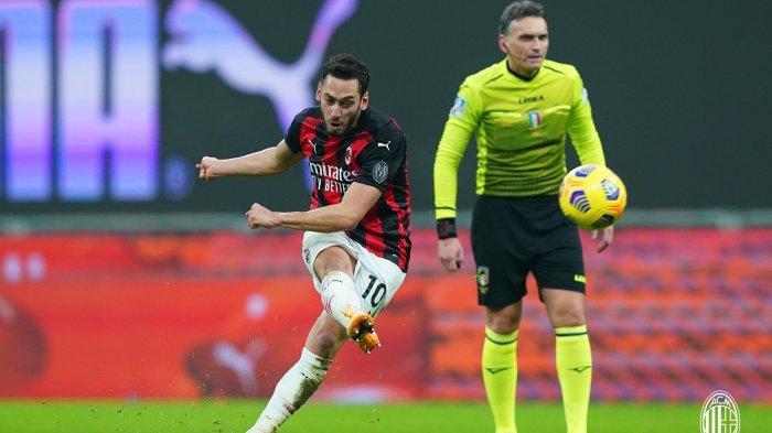 Hakan Calhanoglu mengalami cedera saat AC Milan vs Juventus dikhawatirkan tidak bisa main saat AC Milan vs Torino
